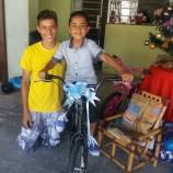 Adolescente reforma bicicletas para presentear crianças carentes