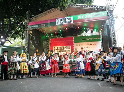 Grupo Gil Vicente formado por homens e mulheres dança a música típica de Portugal