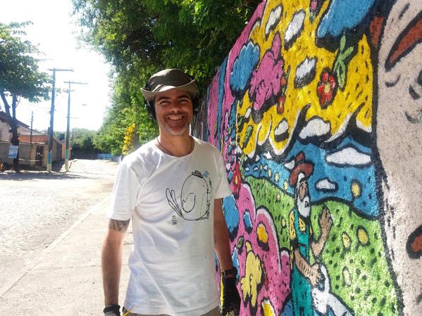TAU - Binho artista plástico, de chapéu fa pintura colorida no muro do metrô